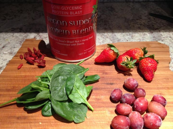 Spinach Grapes and Berry smoothie